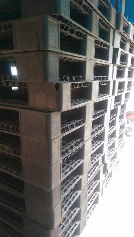 Pallet nhựa đen 1200x1000x150mm rẻ