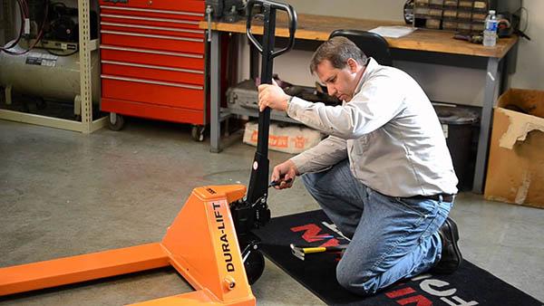 Bí quyết giúp xe nâng hoạt động hiệu quả nhất: Luôn có thợ sửa xe